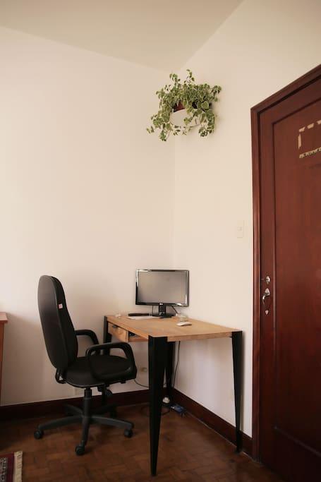 Mesa disponível com monitor