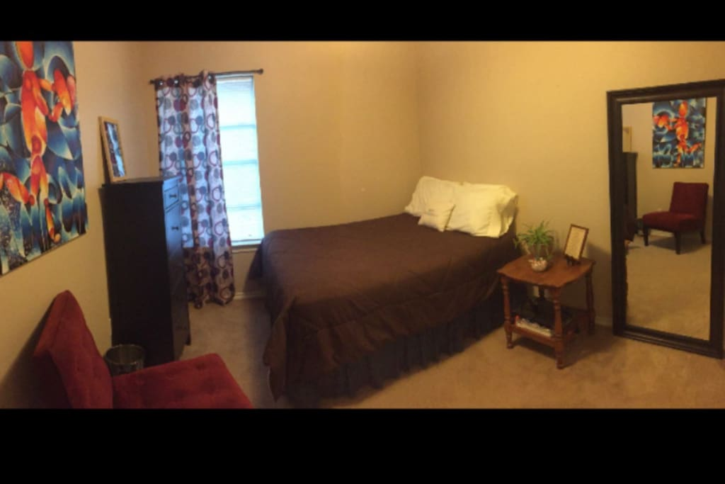 Very comfortable bed, good size closet as well as good size dresser. Full length mirror, cozy chair to read in, excellent day lighting. Overall very relaxing and quite.   No TV in bedroom, so bring those laptops for Netflix as your relaxing in bed.