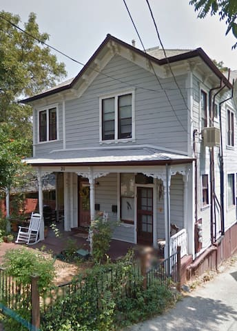 Downtown Victorian Retreat! Cheery 2 bd 1 ba apt