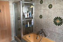 Bad mit Waschbecken, Dusche und Badewanne