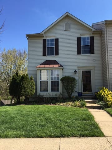 Cozy Getaway! 7 miles from Dulles! - Ashburn - House