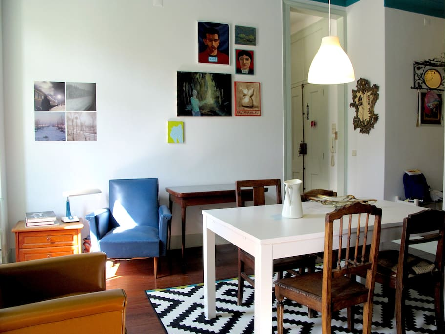 The kitchen's dinning room with the table