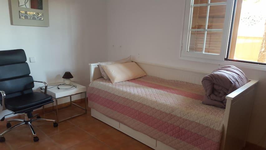 habitacion con cama que se puede convertir cama matrimonial