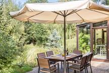 Großer Sonnenschirm und Tisch mit 6 Stühlen