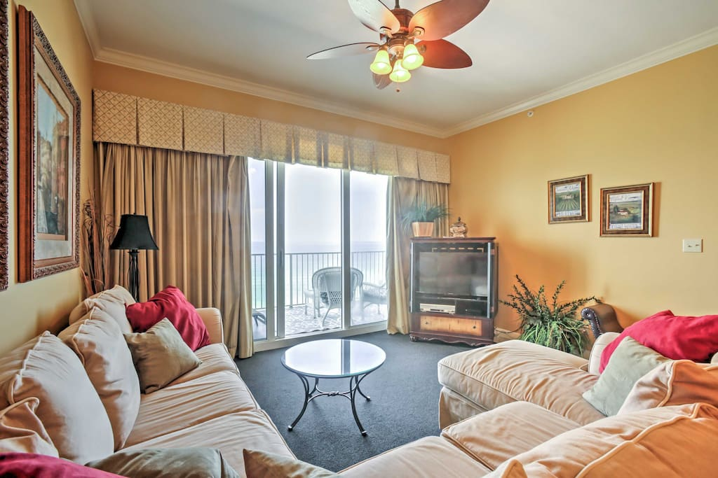 Comfortable furnishings and updated appliances welcome 6 guests for a relaxing East Coast escape.