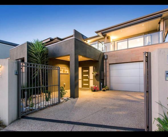 12 ON ALFRED -  PERFECTLY LOCATED LUXURY TOWNHOUSE