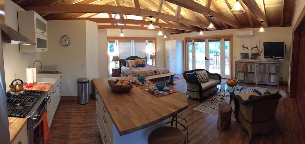 Spacious, private Mt. Helix country style studio - La Mesa - Guesthouse