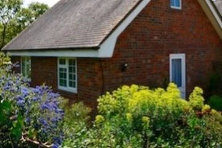 Rushcroft Lodge, Sway, New Forest sleeps 2.