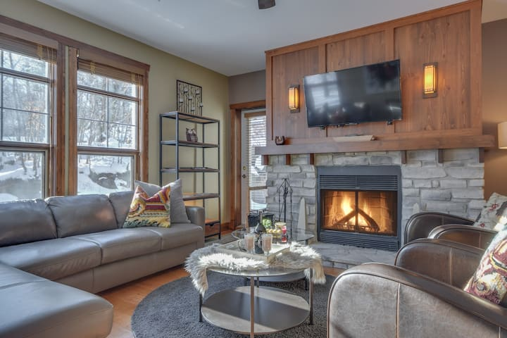Tremblant les Eaux 2 BR-Walk or shuttle to hill!