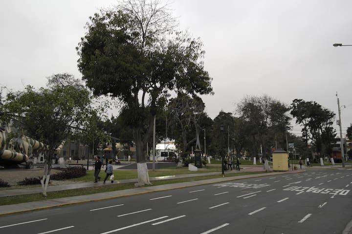 Cerca a parque público y a un skate park.