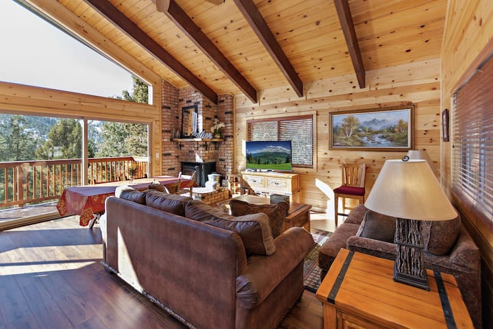 Sky Ridge Retreat: Custom Chalet with Amazing Ski Slope Views with a Feel of Serenity!