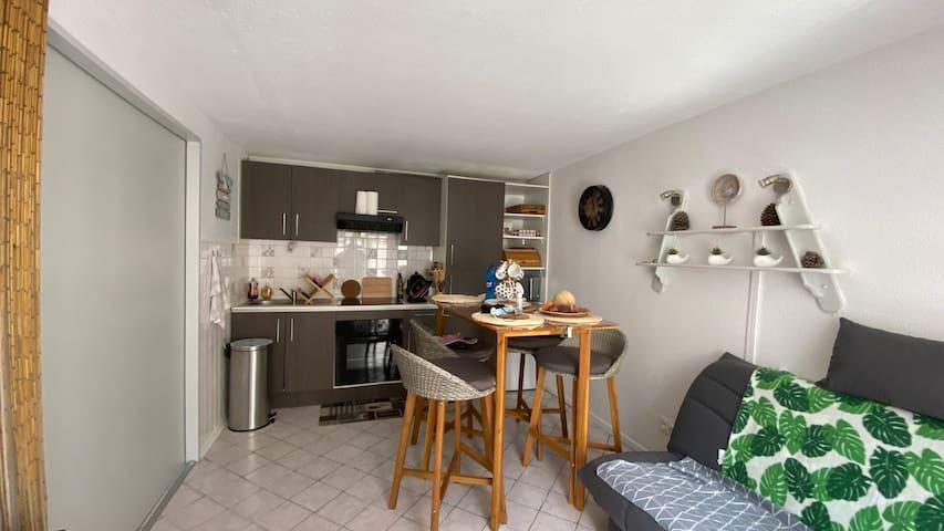 Espace cuisine et table haute en intérieur