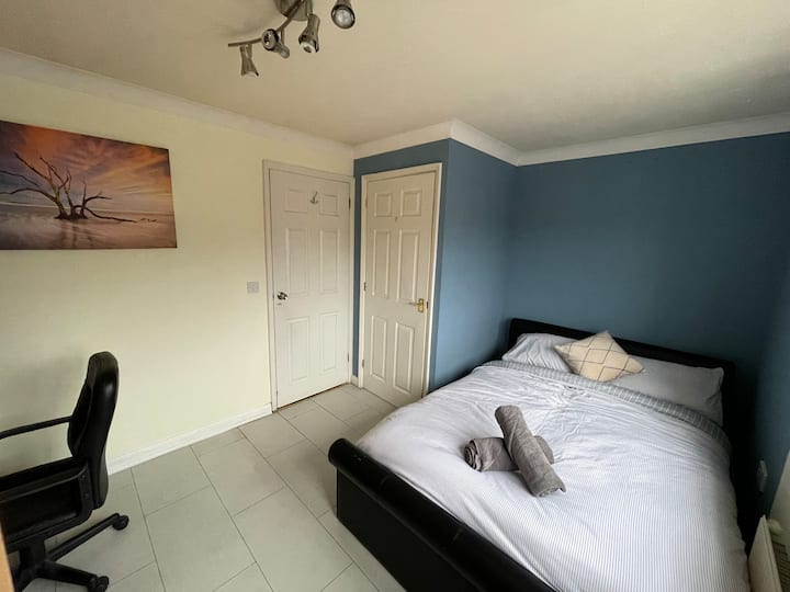 Double Bedroom 3 mins walk to Harry Potter Studio