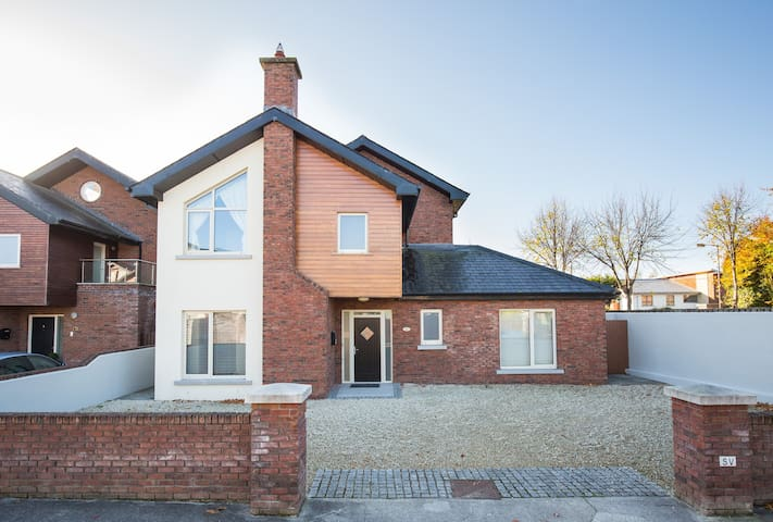 Luxury 4 Bed House Sleeps 8+ - Malahide - Casa