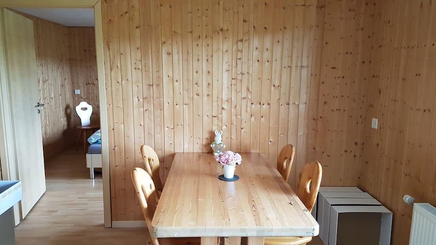 Esstisch mit 4 Stühlen Frühstück auf Anfrage und gegen Aufpreis von 15.- CHF/Tag erhältlich.