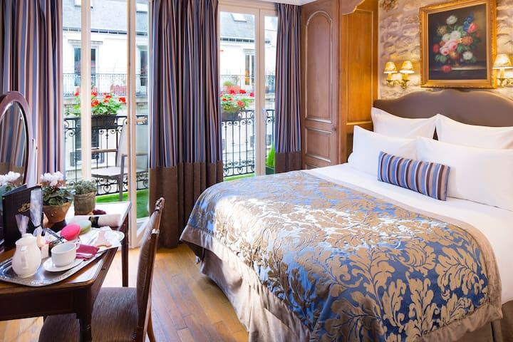 Classique Large bed Hotel Kleber Champs Elysees