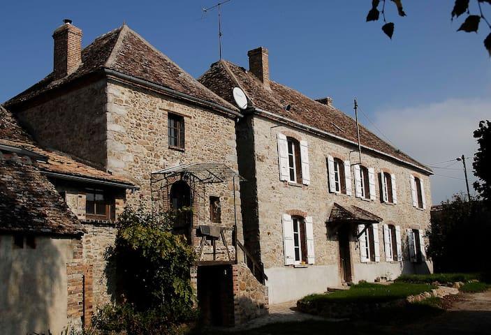 Sérénité dans une ferme en pierre du XVIIème - Villebougis - Hus
