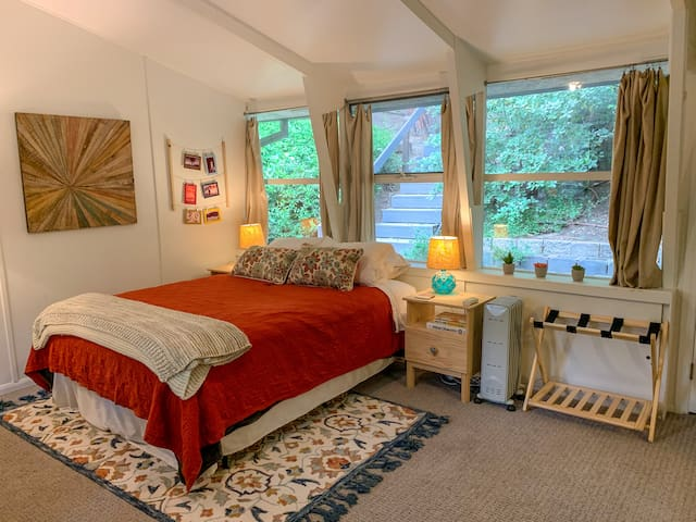 Romantic Retreat in the Hills (Kitchen, Laundry)