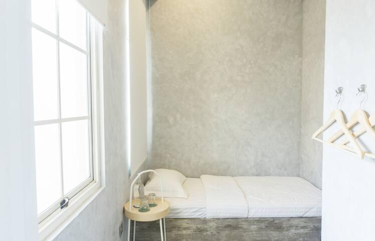 THE POSHTEL - Single Bed ensuite w/ window at PIK