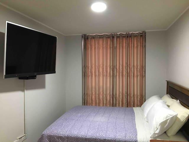 Dormitorio amplio diseñado para un relax pleno y para que puedas disfrutar de tus películas . Contiene : Televisor de 55 pulgadas ,con disponibilidad de acceder a : You tube Netflix Canales/cable.
