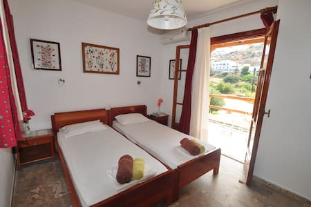 2.6) Βeautiful room for two, next to the beach!!