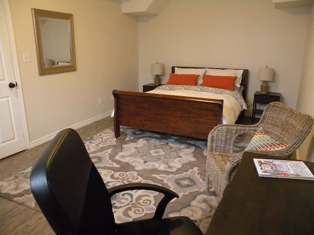 Large lux 1 queen bed apt. Parking/own entrance