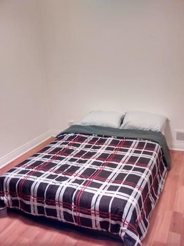 Bedroom with AC (Double Bed) in Quebec City - Quebec - Apartamento