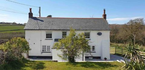 Bolesbridge Cottage, a 3 bedroom rural retreat 😍
