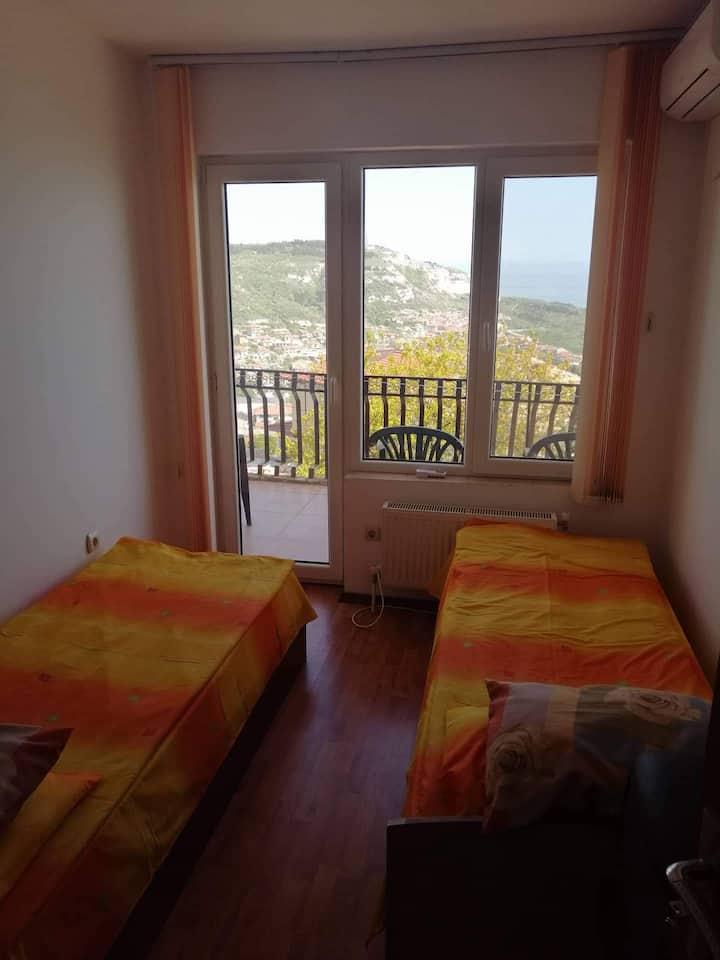 Малка стая с две отделни легла.