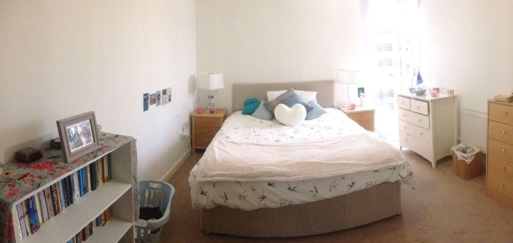 Large double bedroom in (very)central High Wycombe - High Wycombe - Apartment