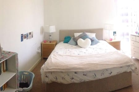 Large double bedroom in (very)central High Wycombe - High Wycombe