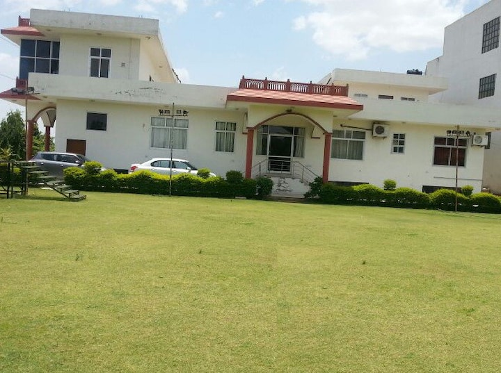 Mahaveer Kunj Bungalow with a lawn