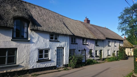 Romantic Quirky Grade 2 listed cottage