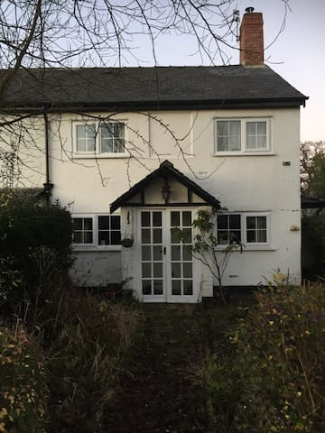 Charming 17century cottage airport - Hale