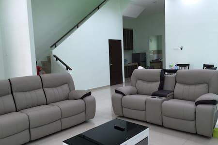 Semi-D homestay at Villa Mutiara - Simpang Ampat - บ้าน