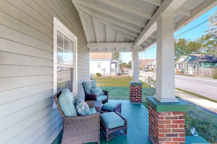Eclectic dog-friendly home w/ free WiFi, full kitchen, close to waterfront!