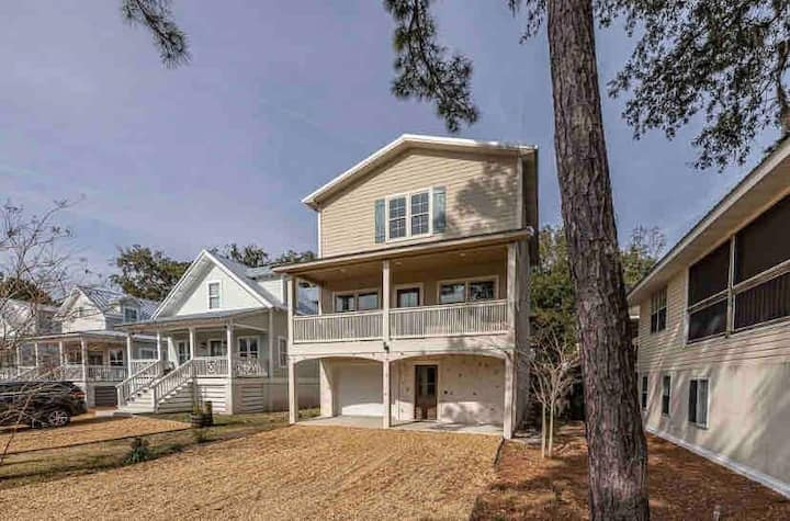 Family fun with game room 4 miles from East Beach!