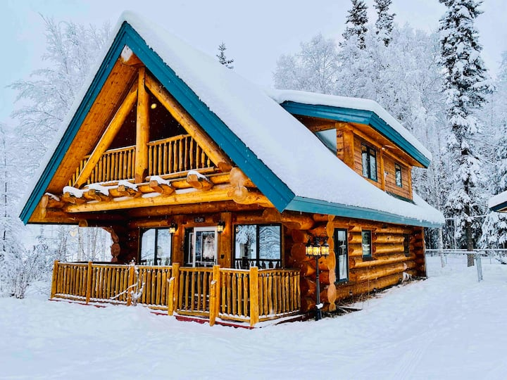 Alaska Dream Log Home w/Hot Tub+Aurora Views