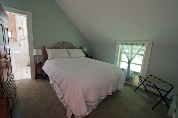 Molly Stark Suite  @ The Wilmington Inn- Breakfast Included & downtown Wilmington location!