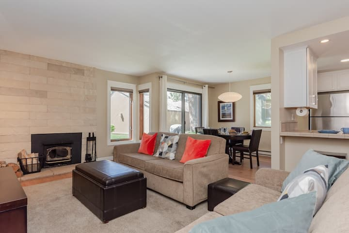 Sophisticated, Updated Condo with mountain views on the ski shuttle route