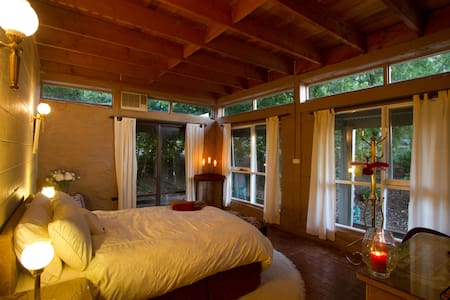 Room in Quaint Double Storey Mud-Brick Cottage - Gisborne