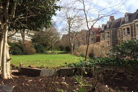 Brilliant views over gardens & Crescent - Bristol