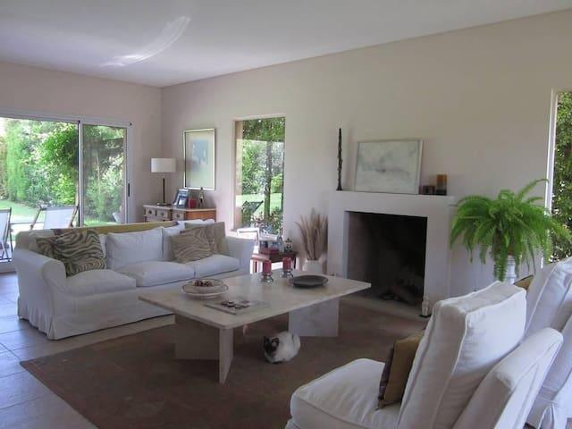Living room con sillones y espacio grande.