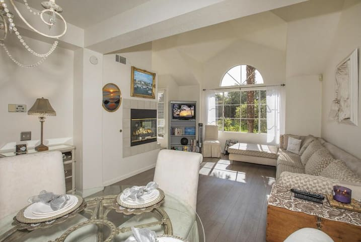 Goleta Paradise, walking distance to beach!