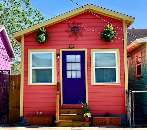 Relaxing Red Cottage Retreat- Centrally Located!