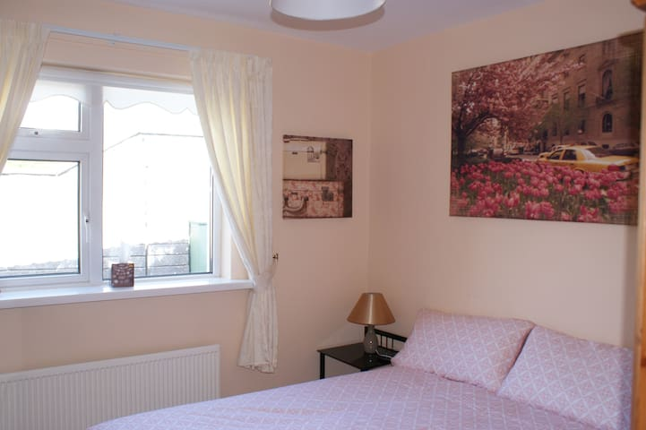 Comfortable double room  warm cosy house Ballybrit - Galway
