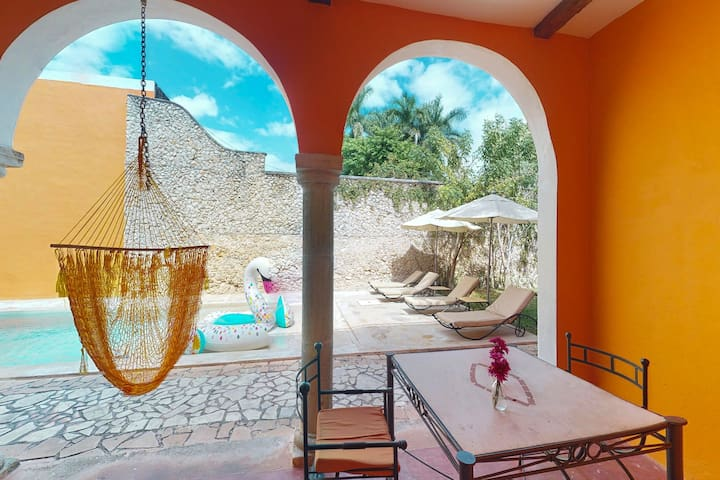 Spacious villa for two in great location w/ shared pool, garden & solarium!