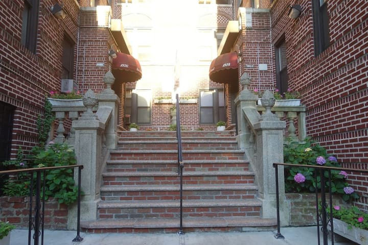 Beautiful gated Apartment. Lots of light & gardens - Bronx - Appartement en résidence