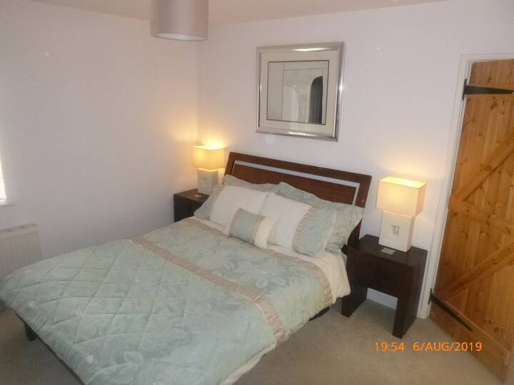 3 kingsize rooms-1 ensuite, 2 with shared bathroom