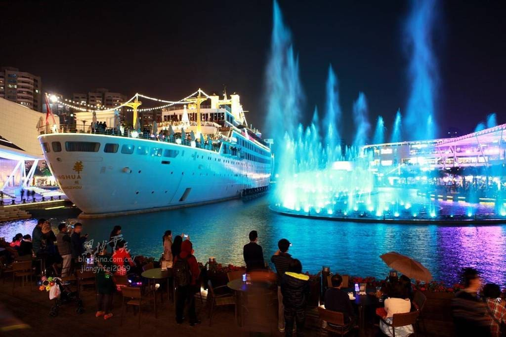 SeaWorld has an abundance of restaurants, coffee shops, shopping and entertainment for the whole family including a phenomenal water show every evening. (8 min walk)几分钟路程可以达到海上世界很多餐厅酒吧购物场所)